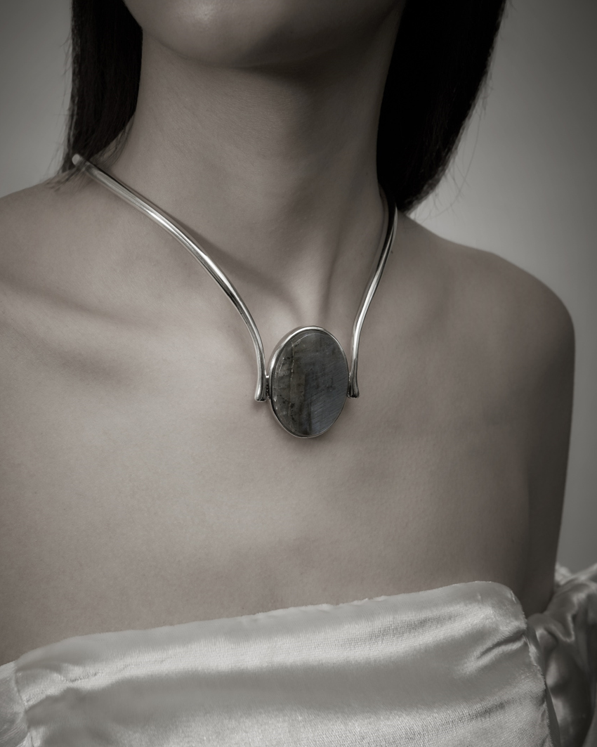 NEFFERTITI CHOCKER
